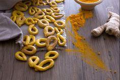 I taralli zenzero e curcuma sono uno snack sfizioso e moderno caratterizzato da un colore giallo intenso e dalla nota pungente delle spezie.