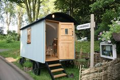 四輪付きの可愛いポータブルハウス #homify #ホーミファイ #モジュールハウス #ポータブル #小さい家 #移動式 https://www.homify.jp/ideabooks/307519 イギリス発の家のスペースを増やすアイデアを紹介します。伝統的なビクトリア様式の自動車型の小屋の室内は目的に合わせてスペー…