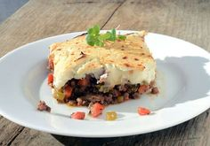 Shepherd's Pie is a traditional English dish made with lamb or mutton. This Paleo Shepherd's Pie has beef and bacon and is topped with mashed cauliflower. -- try it without the bacon for candida diet friendly Casserole Recipes, Meat Recipes, Paleo Recipes, Low Carb Recipes, Whole Food Recipes, Cooking Recipes, Free Recipes, Recipies, Yummy Recipes