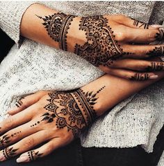 You HAVE to see these Minimal new mehndi design ideas for this wedding season! Party the mehndi party away with these back of the hand henna ideas! Henna Tattoo Hand, Henna Tattoos, Henna Body Art, Body Art Tattoos, Horse Tattoos, Neck Tattoos, Indian Tattoos, Girly Hand Tattoos, Mandala Tattoo