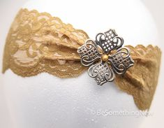 This Holiday Hair Acessory is a Gold Elastic Lace Headband with a Metal Flower, the Perfect Hair Accessories for Women and Teens op Etsy, 17,53 €