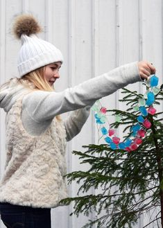 DIY Ice Cube Garland for outdoor trees