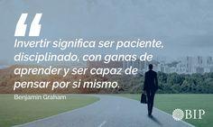 """Frase célebre de Benjamin Graham: """"Invertir significa ser paciente, disciplinado, con ganas de aprender y ser capaz de pensar por sí mismo"""". Benjamin Graham, Famous Taglines, Motivational Quotes, Finance, Thinking About You"""
