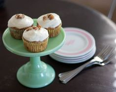 Oh goodness - Hummingbird Cupcakes. A FAVOURITE of mine at trophy cupcakes in Seattle! Sweet Recipes, Yummy Recipes, Yummy Food, Trophy Cupcakes, Hummingbird Cupcakes, Mini Cake Stand, Southern Desserts, Cream Cheese Frosting