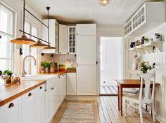 Great light over sink ~ Keltainen talo rannalla: Valkoista, rustiikkista ja vintagea