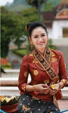 Lao Luang Prabang sinh http://www.pinterest.com/wywoodandwovens/international-fashion/