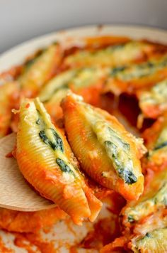 Slimming Everyone will love these Syn Free Ricotta and Spinach Stuffed Pasta Shells - mouthwatering delicious! Vegetarian, Slimming World and Weight Watchers friendly - Slimming World Vegetarian Recipes, Slimming World Pasta, Slimming World Dinners, Slimming Eats, Slimming Recipes, Vegetarian Meals, Slimming World Lunch Ideas, Weight Watchers Pasta, Weight Watchers Vegetarian