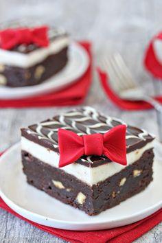 Un brownie decorado también puede ser el postre de boda que buscas