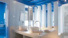 grecheskiy-stil-kantri-vannaya-mykonos-blu