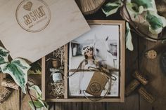 Our Vintage Photo Box is a beautifully handcrafted wooden box, including twelve Usb Packaging, Gift Box Packaging, Print Packaging, Button Family Picture, Family Picture Frames, Wooden Photo Box, Photo On Wood, Photography Packaging, Photography Gifts