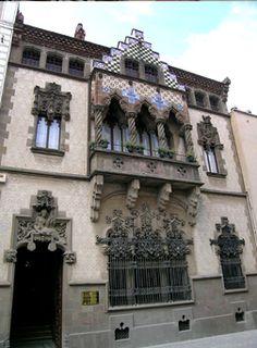 Casa Coll i Regás, Mataró. creat per l'arquitecte català Josep Puig i Cadafalch l'any 1898 per encàrrec de l'empresari Joaquim Coll i Regàs, un important fabricant tèxtil de Mataró (Barcelona). Exponent dels elements significatius del decorativisme que va caracteritzar el moviment modernista, va ser declarada l'any 2000 Bé Cultural d'Interès Nacional, en la categoria de monument històric. Actualment és propietat de la Fundació Iluro de Mataró.