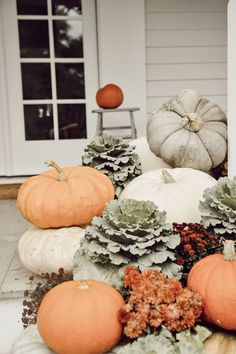 Inspiring Outdoor Fall Decoration Ideas Best For This Season - MagzHome Thanksgiving Decorations, Seasonal Decor, Holiday Decor, Autumn Decorations, Fall Porch Decorations, Christmas Decorations, Fall Home Decor, Autumn Home, Porch Steps