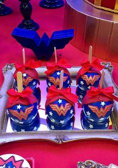 Festa Mulher-Maravilha: 60 Ideias de Decoração com o Tema Wonder Woman Birthday, Wonder Woman Party, Wonder Woman Pictures, Mantecaditos, Twins 1st Birthdays, Hero Girl, Chocolate Covered Oreos, Gorgeous Cakes, Superhero Party