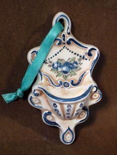 Acquasantiera-mignon-Decoro-ghirlanda-di-rose-blu-antico-Fondo-anticato.jpg (480×640)