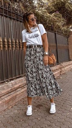 Pretty black and white print midi skirt with cute tee. Pretty black and white print midi skirt with cute tee. The post Pretty black and… White Sneakers Outfit, Skirt And Sneakers, Women's Sneakers, White Tshirt Outfit, Long Skirt Outfits, Dress Outfits, Floral Skirt Outfits, Midi Skirt Outfit Casual, Printed Skirt Outfit