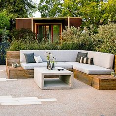 Sleek backyard garden with wood wrap-around seating and a concrete cube coffee table garden urban outdoor living Ideas for a Sleek Urban Garden Outdoor Couch, Outdoor Rooms, Outdoor Living, Outdoor Decor, Outdoor Play, Outdoor Lounge, Backyard Seating, Outdoor Seating, Diy Garden Seating