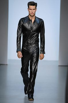 Calvin Klein was, like always, very simple and cute, but then I saw some items I was quite impressed by, like the shiny jackets and then the jumpsuit, are they going to be a musthave for men? Easy to pack and very easy to clean! Excellent to ward of the sea spray!