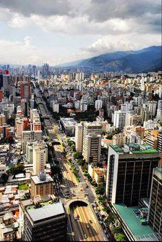 #Caracas, fundada con el nombre de Santiago de León de Caracas, es la ciudad capital de la República Bolivariana de #Venezuela, así como el principal centro administrativo, financiero, político, comercial y cultural de la nación