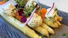 Hvit asparges har en bitter tone som du får bort med litt sukker og sitron i kokevannet. Her har aspargesen fått følge av pisket rømme med urter, løyrom og reddiker.