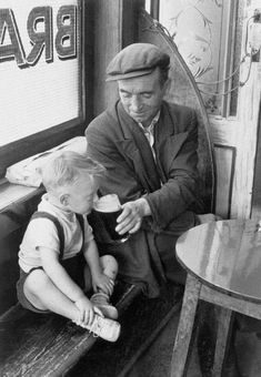 "History In Pictures su Twitter: ""A man sharing a pint with his son inside an Irish Pub, 1950s.… """