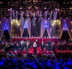 O concerto Proms com 14 lustres como decoração » Aluguar de Candeeiros para Eventos.