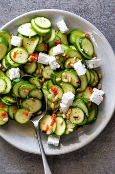 Marinated zucchini salad Marinated zucchini salad with feta and pine nuts is a delicious gluten free side dish. Easy Salads, Summer Salads, Healthy Salad Recipes, Vegetarian Recipes, Delicious Recipes, Healthy Cooking, Cooking Recipes, Cooking Pork, Gluten Free Sides Dishes