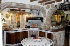 Cucina in noce e finta muratura - Soluzione d'arredo sviluppata in senso angolare