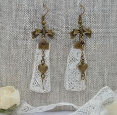 Boucles d'oreille Rétro vintage avec dentelle ancienne perle en verre et breloque noeud : Boucles d'oreille par bohemiasroad
