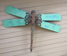 Dragonfly made from a table leg & fan blades. BEAUTIFUL by danielle Dragonfly made from a table le Garden Crafts, Garden Art, Garden Design, Glass Garden, Garden Ideas, Garden Junk, Garden Table, Garden Totems, Garden Whimsy