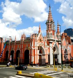 Su construcción fue ordenada por el presidente Antonio Guzmán Blanco en 1883 fue parcialmente destruida en el terremoto que ocurrió en Caracas el 29 de julio de 1967.Basílica Menor Santa Capilla es una basílica católica de Caracas, Venezuela ubicada en la esquina de Santa Capilla en la Avenida Urdaneta. El 16 de febrero de 1979 fue declarada Monumento Histórico Nacional. Venezuela
