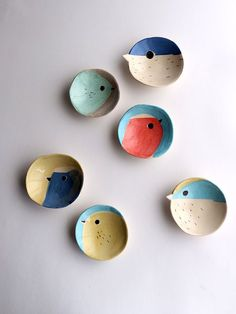 Visitez le bureau de poste pour plus. Diy Clay, Clay Crafts, Diy And Crafts, Arts And Crafts, Ceramic Birds, Ceramic Plates, Ceramic Pottery, Wall Plates, Slab Pottery