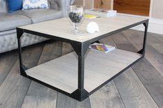 Mesa de estilo industrial en hierro encerado con encimera y base de madera.  Medidas y acabados personalizables.