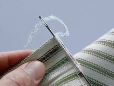 Arrêter une couture                                                                                                                                                                                 Plus Sewing Projects For Beginners, Sewing Hacks, Sewing Tips, Serger Thread, Couture Sewing Techniques, Sewing Online, Costumes Couture, Brioche, Sewing Clothes