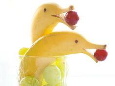 idées anniversaire enfant- dauphins en bananes avec boules en raisins