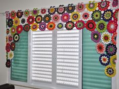 How to make crochet flower curtains - Simple Craft Ideas Hippie Crochet, Crochet Art, Crochet Home, Crochet Crafts, Crochet Doilies, Crochet Flowers, Crochet Projects, Cortina Floral, Crochet Designs