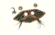 Conjunto de máscara com aplique de tecido bordado, com pequenas plumas