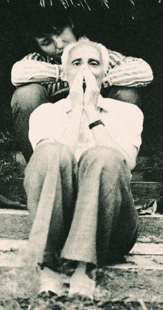 Mário Cesariny e Laurens Vancrevel, Lisboa, 1973. Fotografia de Frida de Jong. Mario Cesariny, Surrealism, Portugal, Black And White, Social Science, Lisbon, Fotografia, Art, Architects