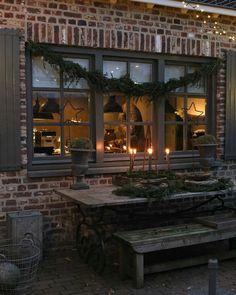 Ideas For Farmhouse Christmas Exterior Holidays Christmas Garden, Cozy Christmas, Country Christmas, Winter Garden, Simple Christmas, Vintage Christmas, Christmas Interiors, Garden Deco, Hygge