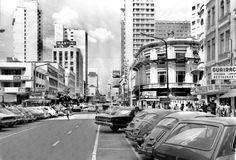 Avenida Luiz Xavier e Rua Quinze em 1972. A presença dos automóveis chegava ao seu fim, dando lugar ao trânsito exclusivo para os pedestres.