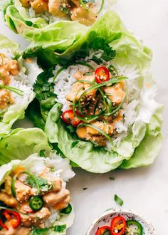 A healthier take on bang bang chicken. in lettuce wraps! These bang bang chicken lettuce wraps are packed with protein, fluffy jasmine rice and drizzled with homemade bang bang sauce. Fresh and so flavorful! Chicken Wraps, Sauce Recipes, Chicken Recipes, Thai Chili, Bang Bang Chicken, Salat Wraps, Butter Chicken, Eating Clean, Recipes