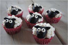 Dem her lavede jeg oprindeligt til mine døtres afslutning i vuggestuen, hvor de var et kæmpe hit. Men de små muffinfårer jo også perfekte til dessert f.eks. her i påsken. De er både sjove og søde, og store såvel som små falder pladask for dem. Og så ligner de jo Shaun the sheep, F....