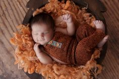 Cute newborn overall, made of soft elastic knitwear, rusty color. Comes complete with a matching pillow. Ideal as a newborn photographic design.The listing is for 2 pieces.Size: newbornMain...
