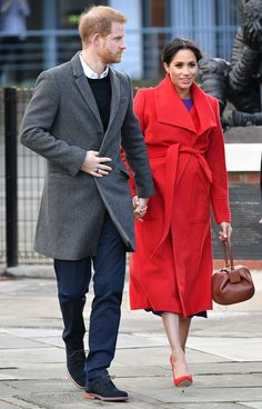 Meghan Markle has just revealed her due date! The Duchess of Sussex is currently expecting her first child with her husband, Prince Harry. During a royal engagement in Hamilton Square during the couple's visit to the town of Birkenhead this week, she Prinz Harry Meghan Markle, Meghan Markle Prince Harry, Prince Harry And Megan, Prince Henry, Harry And Meghan, Princess Meghan, Princess Diana, Meghan Markle Style, Wrap Coat