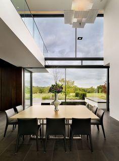 As vantagens são muitas, inspire-se nessas quinze casas incríveis com janelas de vidro temperado e aproveite! Veja!