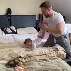 Cute Funny Baby Videos, Cute Funny Babies, Funny Videos For Kids, Funny Baby Memes, Funny Kids, Cute Baby Boy, Cute Little Baby, Baby Love, Father And Baby