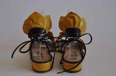1980s shoes / Walking on Sunshine Vintage 80s Sunflower Novelty Maud Frizon Sandals