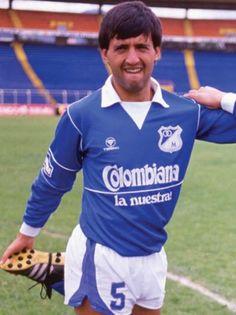 """Mario """"Basurita"""" Vanemerak, a punta de corazón se convirtió en el referente azul de los 80. Football Players, Mario, Soccer, Sport, Anime, Style, Football Team, Champs, Athletic Wear"""