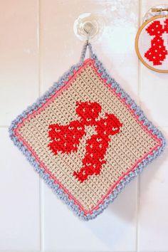 Kiss Free Pattern via A_La_Sascha Crochet Kitchen, Crochet Home, Love Crochet, Crochet Motif, Diy Crochet, Crochet Crafts, Crochet Projects, Crochet Potholders, Marianne Design