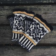 Perrine sur Instagram: . Sometimes I knit for my family and I and here is an exemple, a pair of mitts♥️ I am currently knitting a second pair but with different… Boho Shorts, Winter Hats, Pairs, Knitting, How To Wear, Instagram, Women, Fashion, Moda