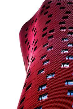 Toyo Ito - Barcelona by Guillem Camps Alejandro: Fachada de un hotel en roja llamativa y de bonito diseño en espiral.